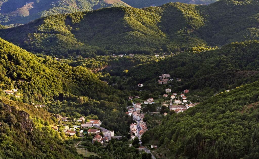 Le village, et le bord de rivière plus densément peuplé