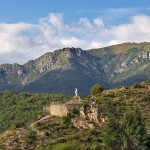 La statue de la Vierge, au fond, le suc de Chalambelle